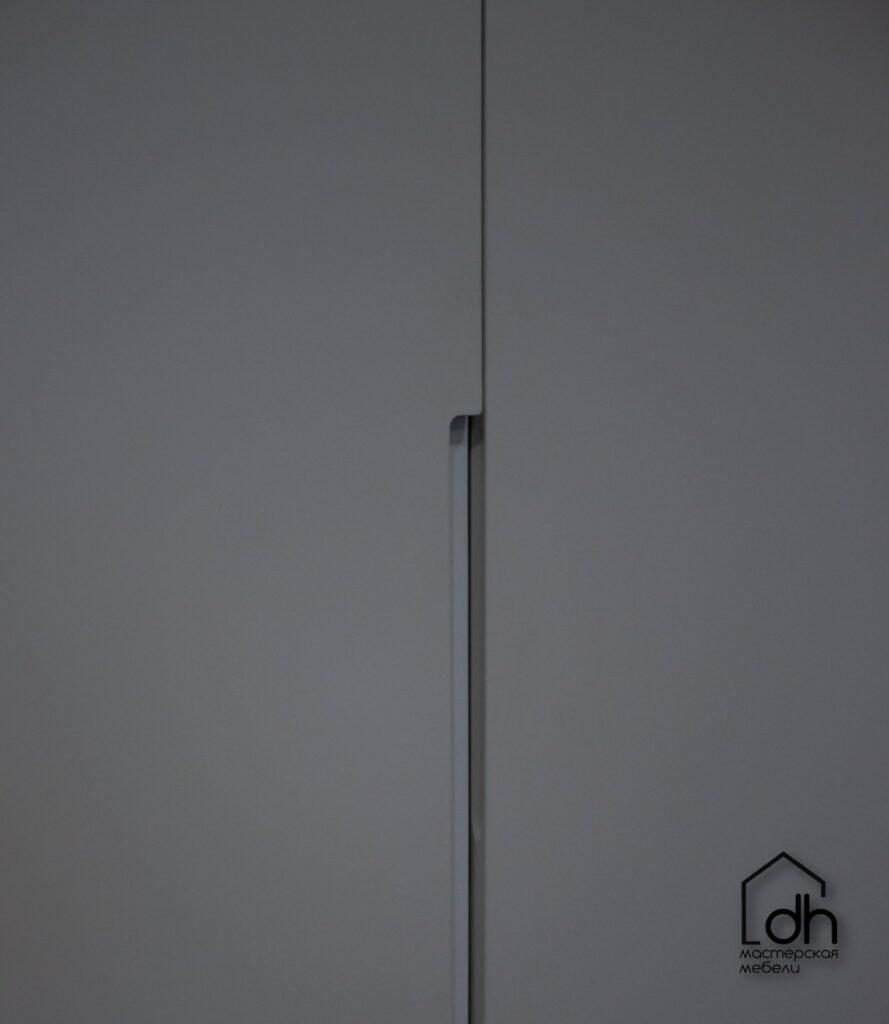 Крашеный шкаф с фрезерованными ручками