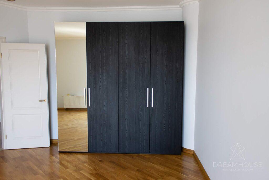 Распашной шкаф с выдвижными ящиками и зеркалом