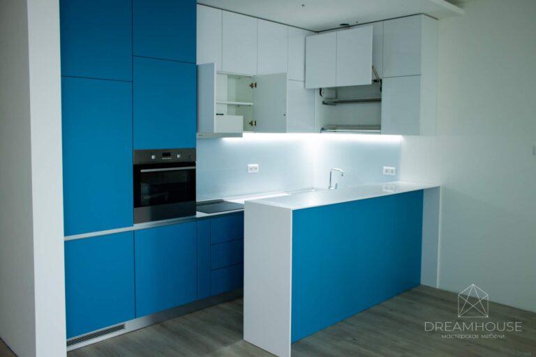 Кухня с крашеными фасадами без ручек